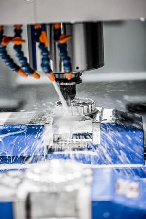 Metaalbewerking CNC-freesmachine. Cutting metaal modern processing technologie. Kleine diepte van het veld. Waarschuwing - authentieke opnamen in uitdagende omstandigheden. Een beetje graan en misschien wazig.