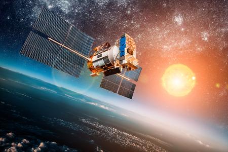 navegacion: Satélite espacial en órbita alrededor de la tierra en el fondo un sol estrella. Los elementos de esta imagen proporcionada por la NASA.