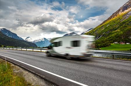 キャラバン車は高速道路を旅します。動きでキャラバン車をぼかします。
