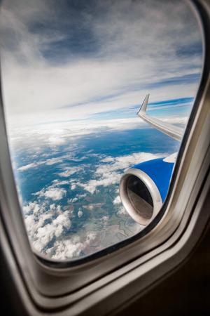 plan éloigné: Image classique par avion fenêtre sur le moteur à réaction