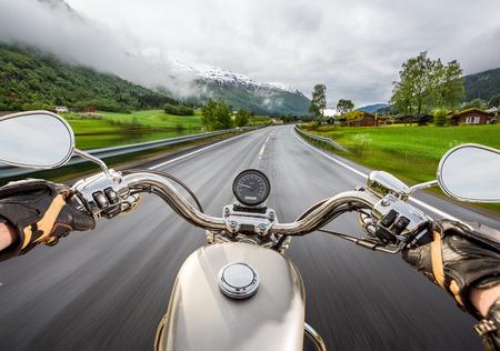 jinete: Muchacha del motorista monta una motocicleta en la lluvia. Vista en primera persona.