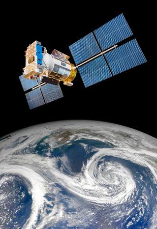 estado del tiempo: Satélite espacial orbitando la Tierra. Los elementos de esta imagen proporcionada por la NASA.