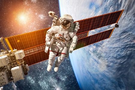 universum: Internationale Weltraumstation und Astronaut im Weltraum über dem Planeten Erde. Elemente dieses Bildes von der NASA eingerichtet.