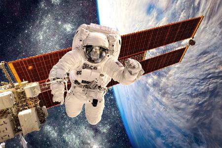 raum: Internationale Weltraumstation und Astronaut im Weltraum über dem Planeten Erde. Elemente dieses Bildes von der NASA eingerichtet.
