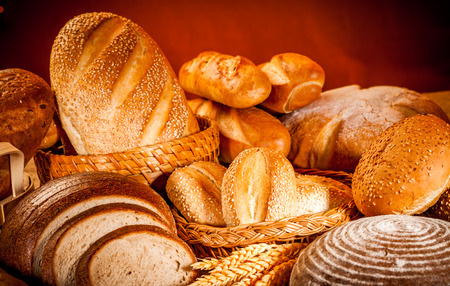 pain: Assortiment frais de pain cuit Banque d'images