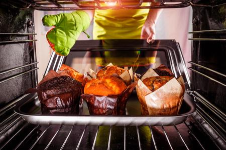 Het bakken van muffins in de oven, uitzicht vanaf de binnenkant van de oven. Koken in de oven.