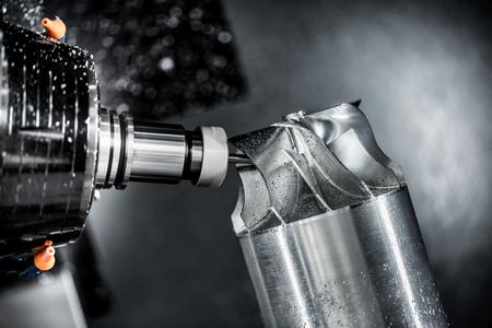 Metalmecánica fresadora CNC. Cortar metal moderno tecnología de procesamiento. Pequeña profundidad de campo. Advertencia - tiroteo auténtico en condiciones difíciles. Un poco de grano poco y tal vez borrosa. Foto de archivo - 45710436