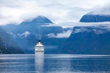 Cruise Ship, Cruise Liners Op Hardanger fjorden, Noorwegen Stockfoto
