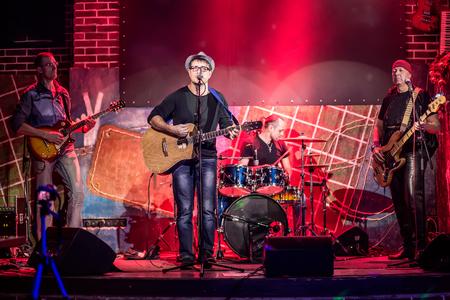 Band spielt auf der Bühne, Rock-Konzert. Warnung - authentische Aufnahmen mit hohem ISO unter ungünstigen Lichtbedingungen. Ein wenig Getreide und Bewegungsunschärfe-Effekte.