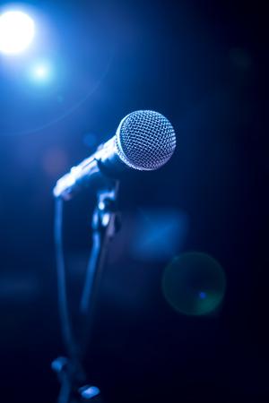 Microfoon op het podium tegen een achtergrond van auditorium
