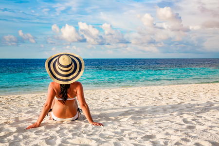 Beach vacation. Girl and tropical beach in the Maldives. Standard-Bild