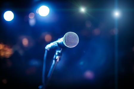 microfono de radio: Micrófono en el escenario en un contexto de auditorio Foto de archivo
