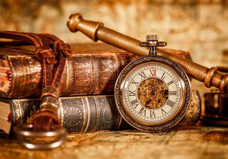 grabado antiguo: Antiguo reloj de bolsillo de la vendimia. Foto de archivo