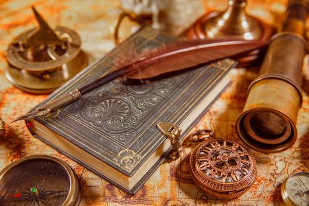 kugelschreiber: Weinlese Leben noch - Lupe, Taschenuhr, alte Buch und Gänsefederkiel auf einer alten Karte liegen im Jahre 1565.