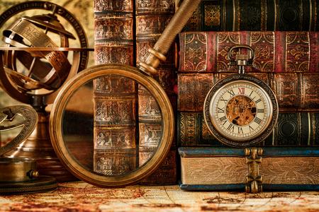 빈티지 아직도 인생입니다. 빈티지 돋보기 거짓말, 회중 시계, 1565 년 고대 세계지도 오래 된 책과 아스트 롤라 베.