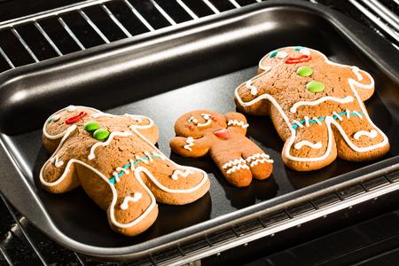 compleanno: Baking Gingerbread uomo in forno. Cottura in forno. Archivio Fotografico