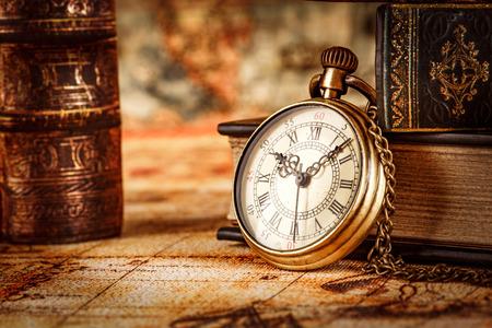 Vintage montre de poche antique sur fond de vieux livres Banque d'images - 46787483