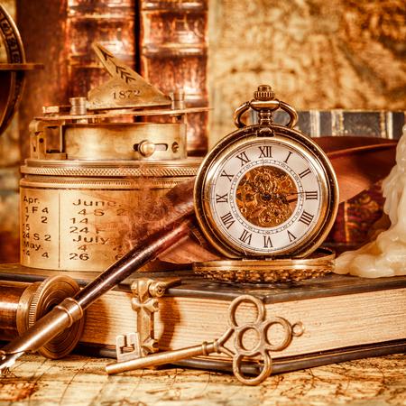 fernrohr: Weinlesebuch, Kompass, Fernrohr und eine Taschenuhr, das auf antiken Weltkarte 1565.