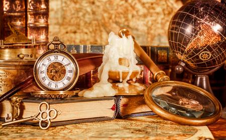 voyage vintage: Vintage book, boussole, télescope et une montre de poche se trouvant sur l'ancienne carte du monde en 1565. Banque d'images