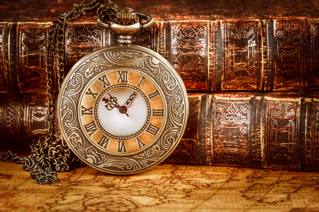 오래 된 책 배경에 빈티지 골동품 포켓 시계
