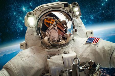 COHETES: Astronauta en el espacio exterior contra el telón de fondo del planeta tierra. Los elementos de esta imagen proporcionada por la NASA.