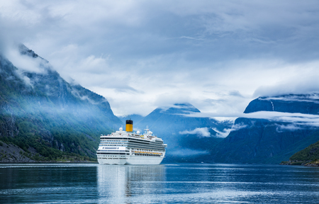 Cruise Ship, Cruise Liners On Hardanger fjorden, Norway Reklamní fotografie - 47560728