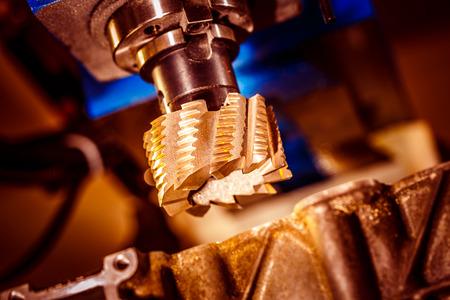 Metaalbewerkende CNC-freesmachine. Moderne metaalverwerkingstechnologie snijden.