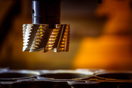 Metaalbewerking CNC-freesmachine. Cutting metaal modern processing technologie.
