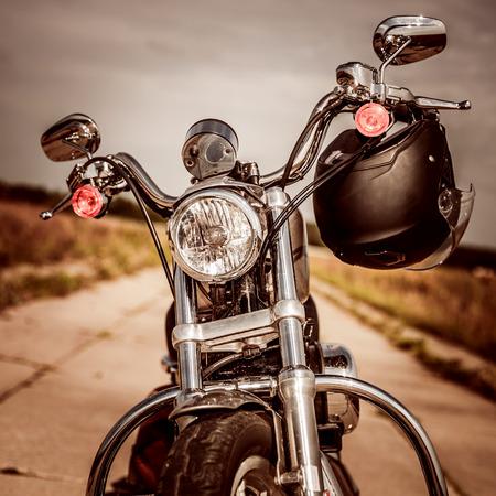 путешествие: Мотоцикл на дороге со шлемом на руле. Фото со стока
