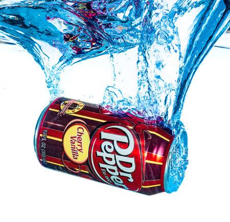 gaseosas: Moscú, Rusia-abril 4, 2014: Lata de refresco Dr. Pepper vainilla de la cereza en el agua. Dr Pepper es un refresco comercializado como que tiene un sabor único. La bebida fue creada en la década de 1880.