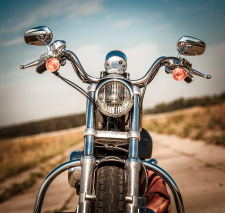 casco de moto: Motocicleta en la carretera Foto de archivo