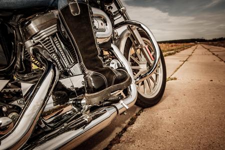 botas: Biker niña de montar en una motocicleta. Vista inferior de las piernas en las botas de cuero.