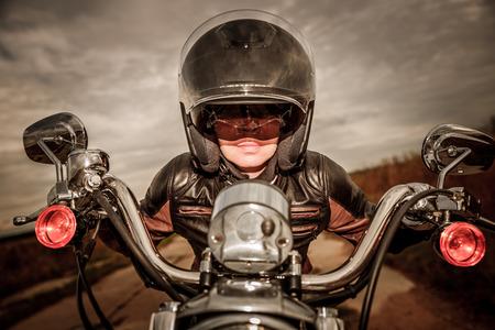 motorrad frau: Biker M�dchen in einer Lederjacke und Helm auf einem Motorrad. Filter angewendet in der Postproduktion.