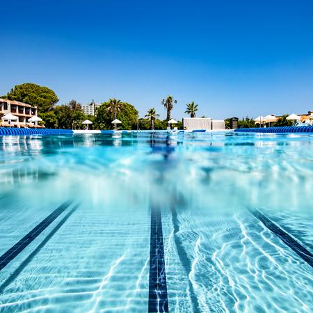Blick auf den tropischen Pool über das Wasser und unter Wasser. Standard-Bild