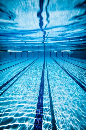 Schwimmbad unter Wasser Hintergrund Standard-Bild