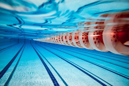 Schwimmbad unter Wasser Hintergrund Standard-Bild - 51997327