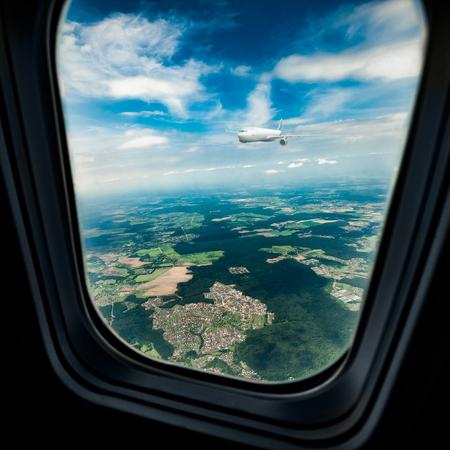plan éloigné: Image classique à travers la fenêtre de l'avion sur le moteur à réaction. Le hublot vole un autre avion de passagers Banque d'images