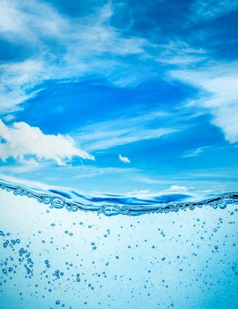 Viele Luftblasen im Wasser close up, abstrakte Wasserwelle mit Blasen auf einem Hintergrund des blauen Himmels Standard-Bild - 54766216