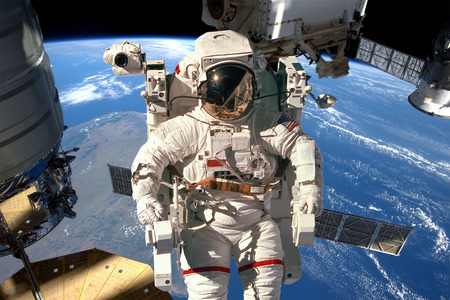 International Space Station and astronaut in outer space over the planet Earth. Banque d'images