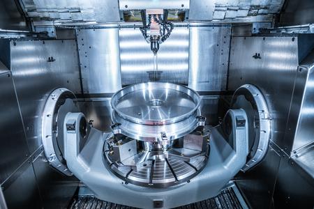 Metalmecánica fresadora CNC. Cortar metal moderno tecnología de procesamiento. Pequeña profundidad de campo. Advertencia - tiroteo auténtico en condiciones difíciles. Un poco de grano poco y tal vez borrosa.