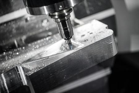Metallbearbeitung CNC-Fräsmaschine. Schneiden von Metall moderne Verarbeitungstechnologie. Kleine Tiefenschärfe. Warnung - authentisch Dreharbeiten in schwierigen Bedingungen. Ein wenig Korn und vielleicht verwischt. Standard-Bild - 57580709
