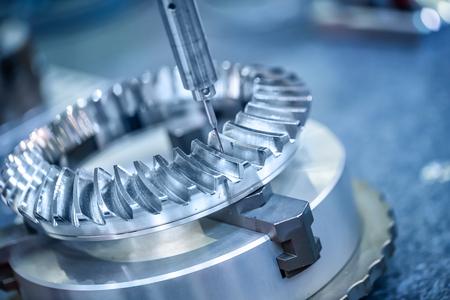Lavorazione CNC fresatrice. Metallo di taglio moderno tecnologia di elaborazione. Piccola profondità di campo. Attenzione - autentica riprese in condizioni difficili. Un po grano po 'e forse offuscata. Archivio Fotografico - 57580723