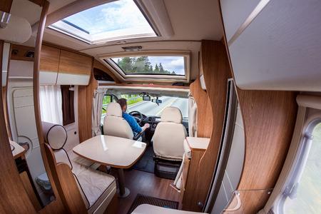 Man Fahren auf einer Straße in der Camper Van. Caravan Auto Urlaub. Familienurlaub Reisen, Urlaubsreise in Wohnmobil Standard-Bild - 62009825