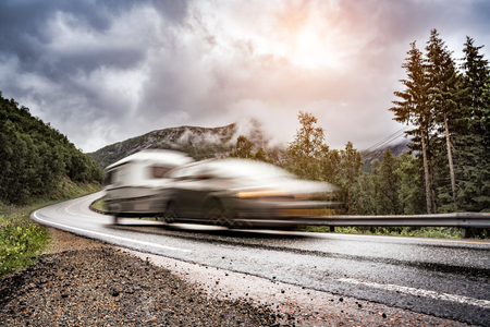 Caravan car trailer travels on the highway. Caravan Car in motion blur. Banque d'images