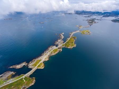 """Atlantische weg of de Atlantische Weg (Atlanterhavsveien) werd bekroond met de titel """"De Noorse bouw van de eeuw"""". De weg geclassificeerd als een nationaal toeristische route. Luchtfotografie"""