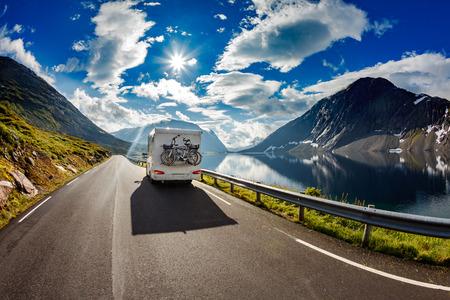 Caravan auto rijdt op de snelweg.