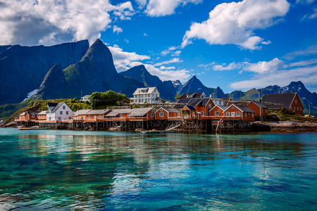 Lofoten islands is an archipelago in the county of Nordland, Norway. Is known for a distinctive scenery with dramatic mountains and peaks, open sea and sheltered bays, beaches and untouched lands. Standard-Bild