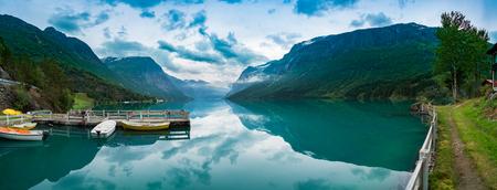 Hermoso paisaje natural Naturaleza Noruega. Lovatnet lago.