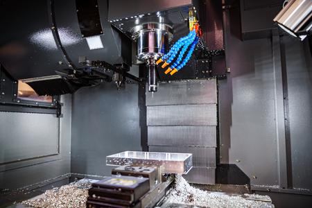 Metaalbewerking CNC-freesmachine. Cutting metaal modern processing technologie. Kleine diepte van het veld. Waarschuwing - authentieke opnamen in uitdagende omstandigheden. Een beetje graan en misschien wazig. Stockfoto - 65788956