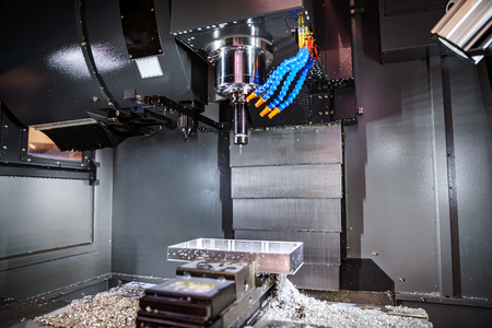 Metallbearbeitung CNC-Fräsmaschine. Schneiden von Metall moderne Verarbeitungstechnologie. Kleine Tiefenschärfe. Warnung - authentisch Dreharbeiten in schwierigen Bedingungen. Ein wenig Korn und vielleicht verwischt. Standard-Bild - 65788956